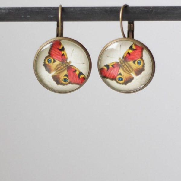 Boucles d'oreilles papillon rouge sous cabochon en verre par Divine et Féminine.