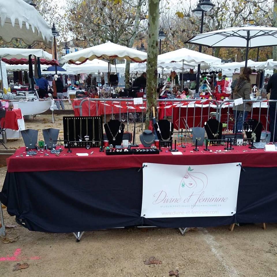 Stand bijoux poétiques personnalisables Divine et Féminine sur le marché de Noël de Mouans-Sartoux en 2015.