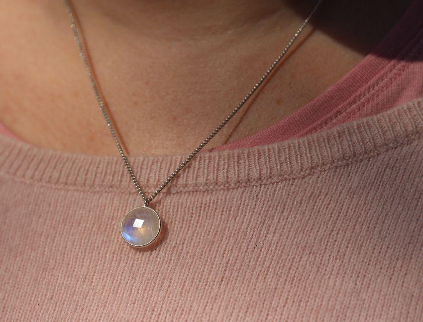 Collier en argent et pierre de lune par Divine et Féminine.
