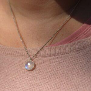 Collier pierre de Lune à reflet bleu argent par Divine et Féminine.