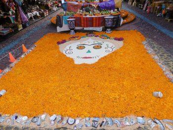 Calavera avec fleurs oeillet d'Inde à Puebla au Mexique pour le jour des morts.