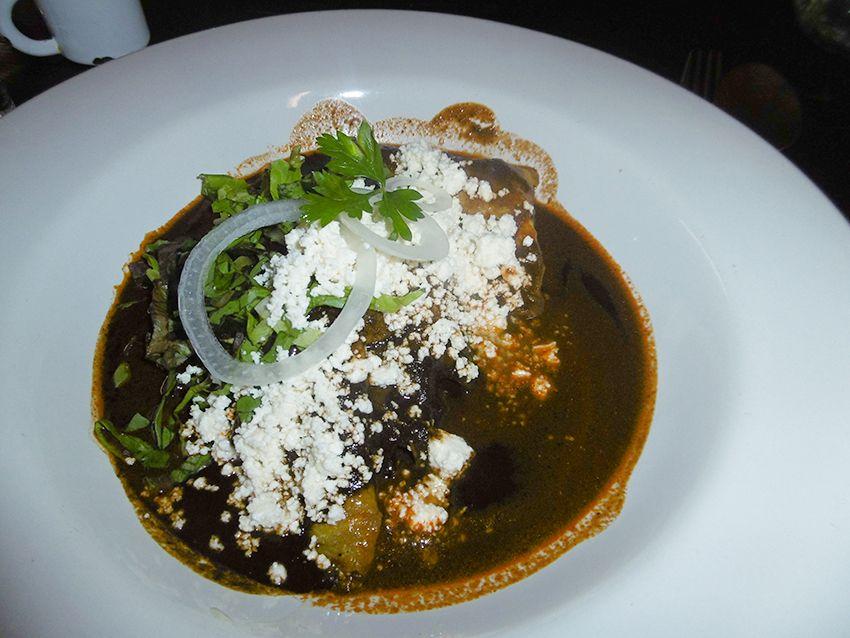 Enchiladas au mole negro de Oaxaca au Mexique.