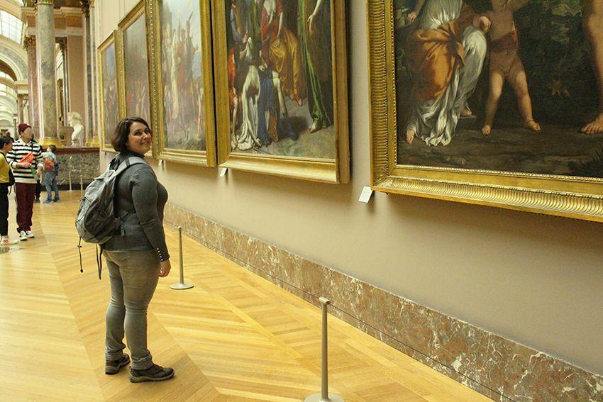 Look gris souris femme dans le musée du Louvre.