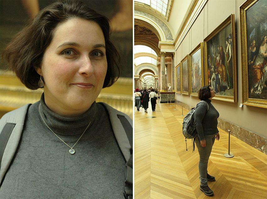 Look gris souris femme au musée du Louvre.