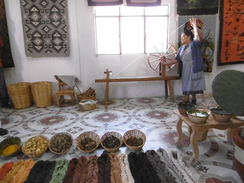 Tissage de la laineau rouet, au Mexique, à Teotitlan del valle.