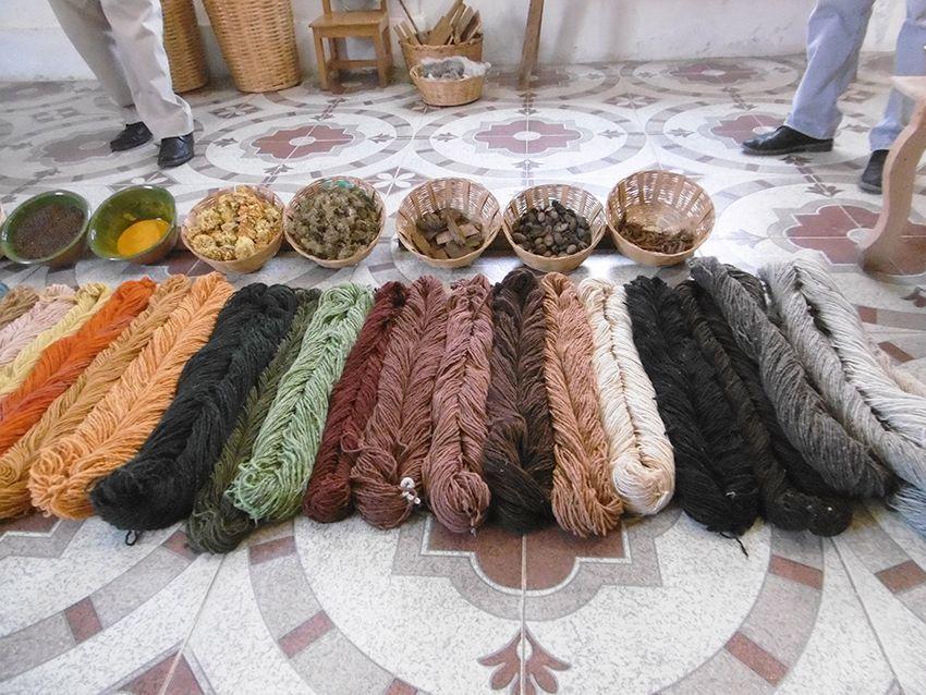 Coloration naturelle de la laine au Mexique, à Teotitlan del valle.