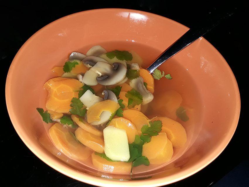 Recette ayurvedique : bouillon gingembre et coriandre pour équilibrer Pitta et Kapha.