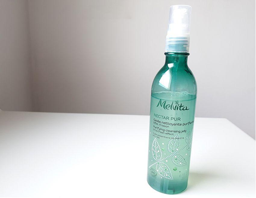 Gelée nettoyante Melvita à la menthe poivrée purifiante.