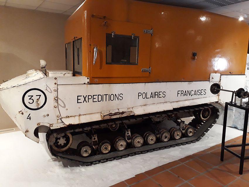 Véhicule sur chenilles pour expéditions polaires françaises dans le musée de l'Automobile à Monaco.