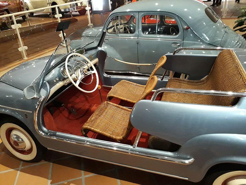 Sièges en rotin dans le musée de l'Automobile à Monaco.