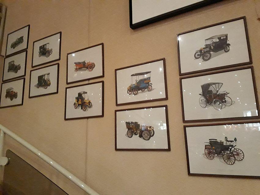 Décoration vieux tacots dans le musée de l'Automobile à Monaco.