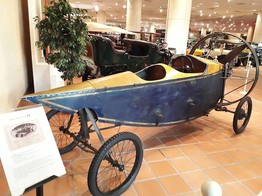 Voiture à hélice Leyat dans le musée de l'Automobile à Monaco.