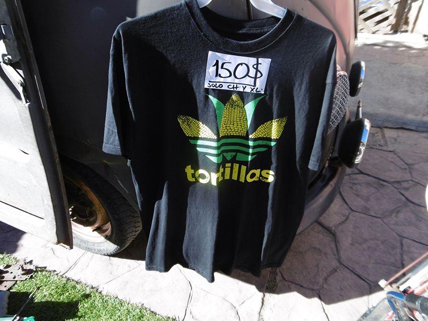Humour mexicain sur le logo Adidas transformé en tortillas avec épis de maïs.