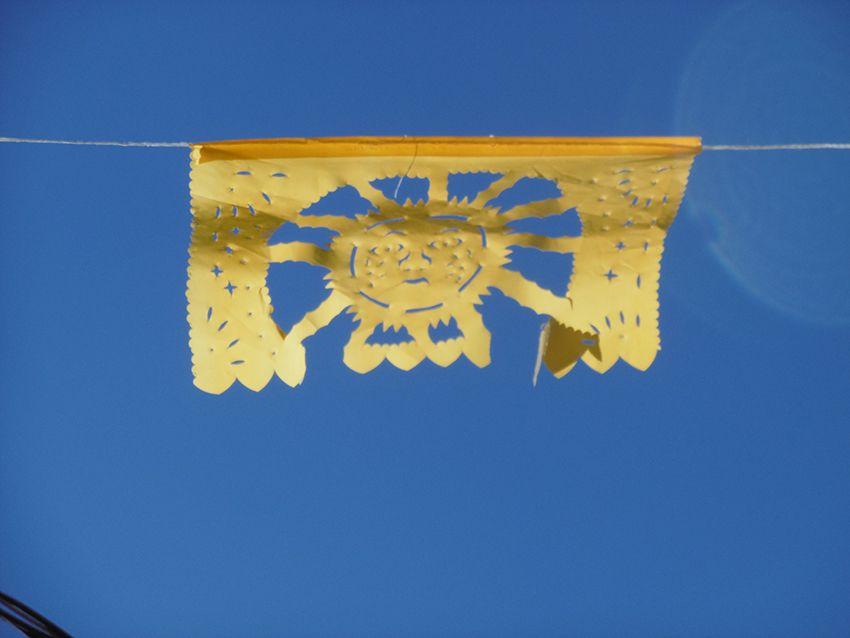 Papel picado du Mexique représentant un soleil.