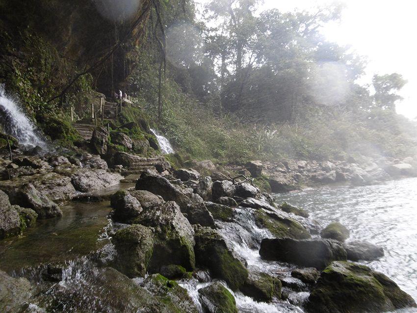 Sentier de la cascade de Misol-Ha dans le Chiapas au Mexique.