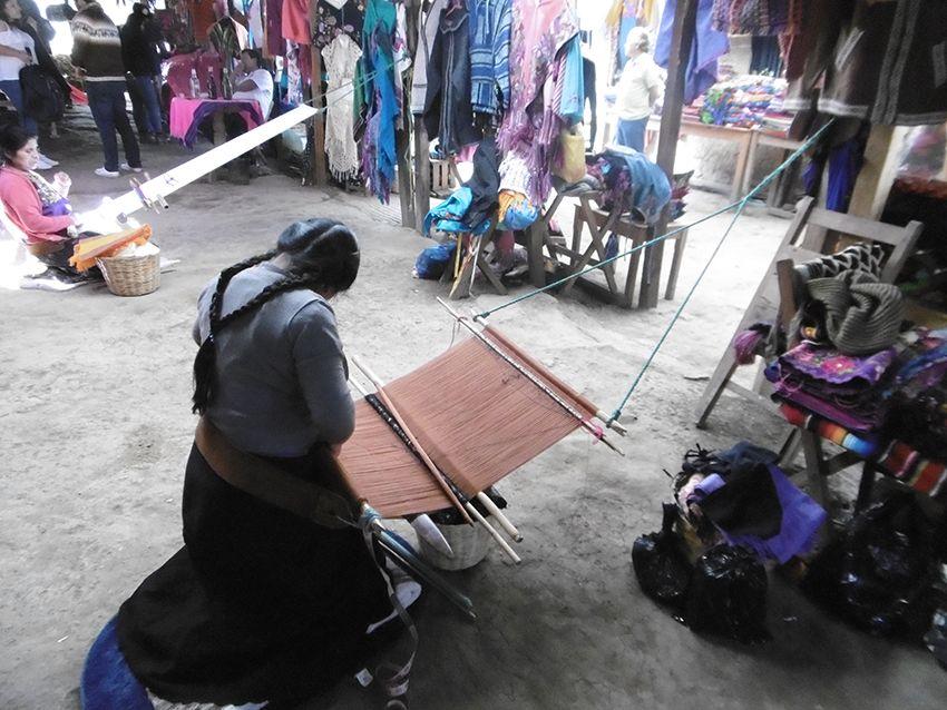 Tissage avec métier à tisser à la ceinture dans le village de Zinacantan au Mexique.