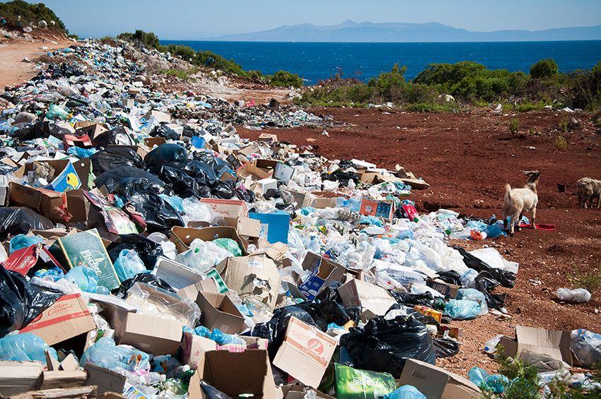 Déchets plastiques dans la Nature, Photo d'Antoine GIRET sur Unsplash.