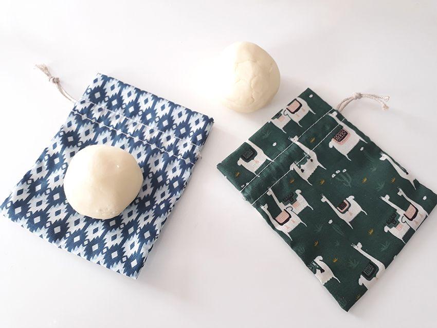 Déodorants solides créés à partir du coffret Aroma-zone, et pochons en coton.