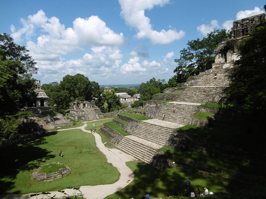 Escaliers d'une grande pyramide de Palenque au Mexique.