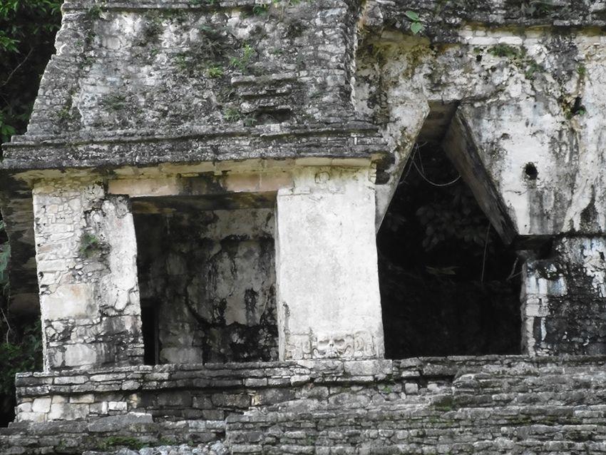 Fresque de crane sur un temple de Palenque au Mexique.