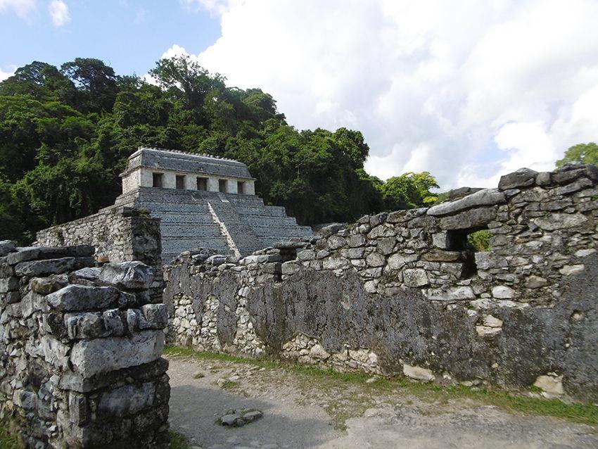 Promenade dans les ruines de Palenque au Mexique.