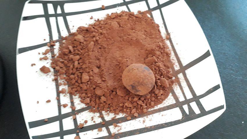 Truffe en chocolat roulée dans le cacao.