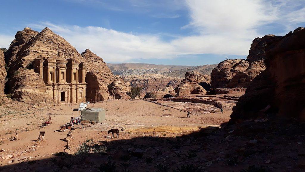 Vue sur le monastère de Petra en Jordanie.