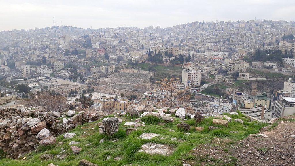 Vue sur l'amphithéâtre depuis la citadelle d'Amman en Jordanie.