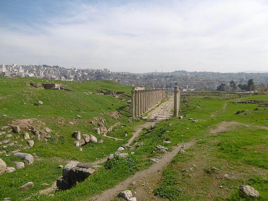 Decumanus, voie à colonnade à Jerash en Jordanie.