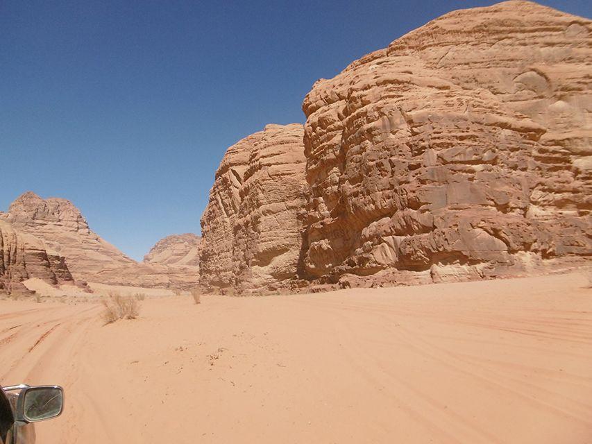 Excursion en 4x4 dans le désert du Wadi Rum en Jordanie.