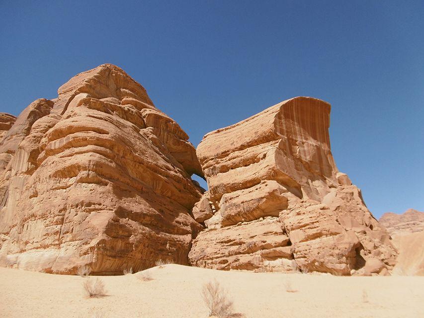 Arche naturelle dans le désert du Wadi Rum en Jordanie.
