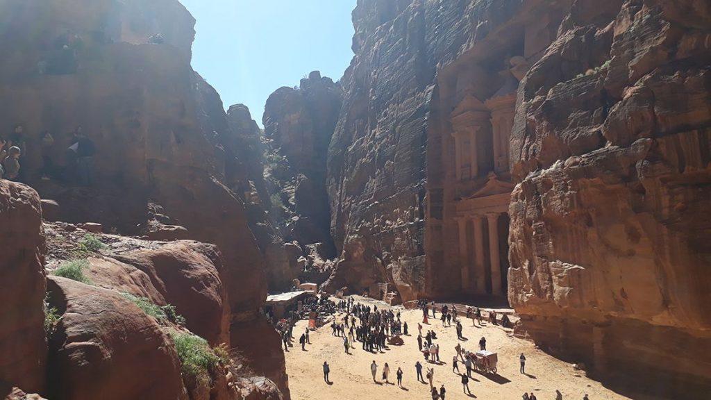 Monter pour voir le trésor de Petra en Jordanie.