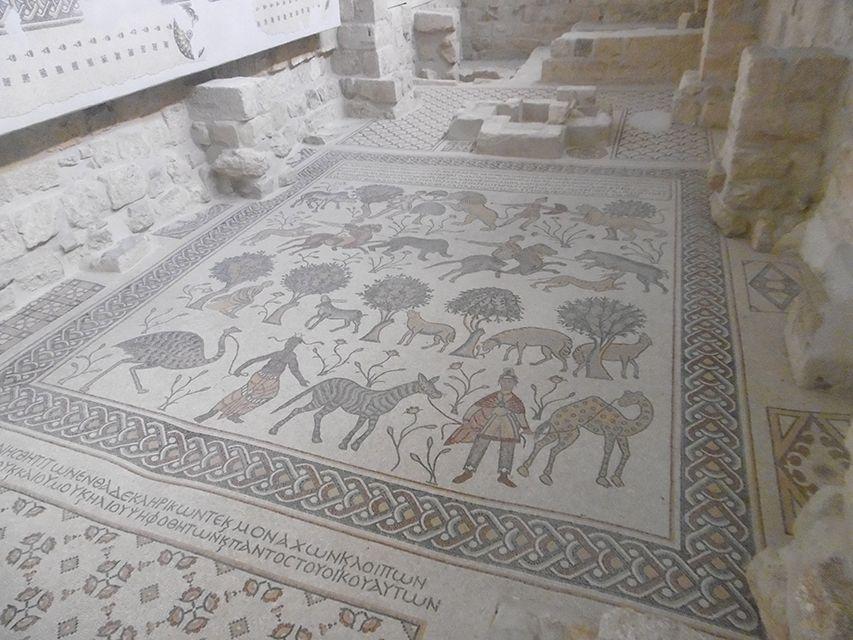 Mosaïque en céramique sur le Mont Nebo en Jordanie.