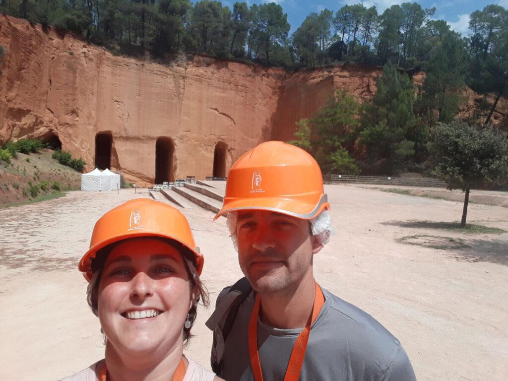 équipés de casque pour la visite des mines de bruoux.