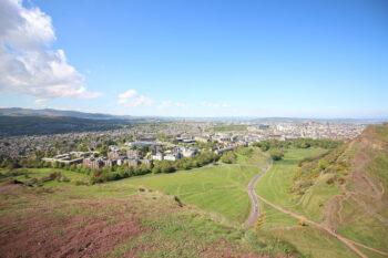 Vue sur Edimbourg depuis Arthur's seat en Ecosse.