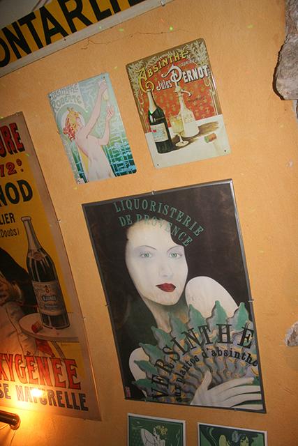 Décoration rétro et affiches à l'absinthe bar d'Antibes