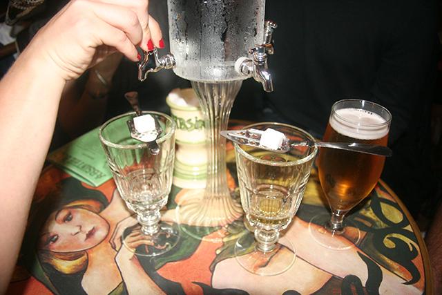 Ouverture de la fontaine à l'Absinthe bar d'Antibes.