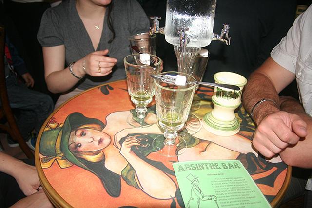 Préparation des verres, cuillères et sucres à l'Absinthe bar d'Antibes.