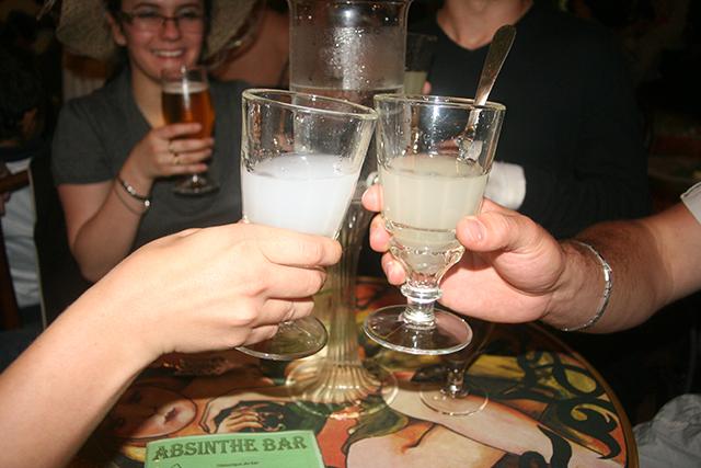 Trinquons au Bar à Absinthe d'Antibes
