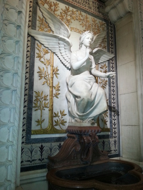 Visiter Lyon en 2 jours, statue d'ange de la basilique Notre Dame de Fourvière.